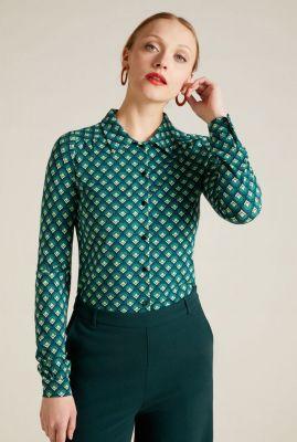klassieke groene blouse met grafische print blouse pose 05686