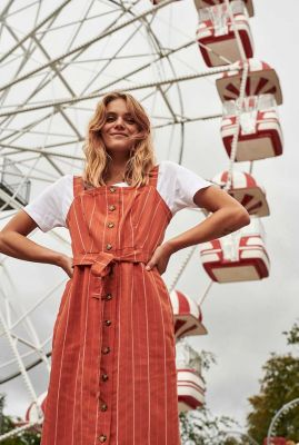 roestkleurige jurk met verticaal gestreept dessin nualyvia 7320809