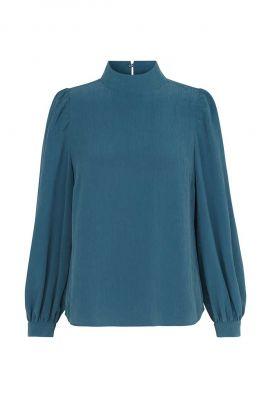 blauwe top van een modalmix met hoge hals amaryllis blouse