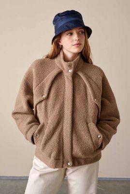 bruine wolmix jas met opstaande kraag en zakken leo f2026