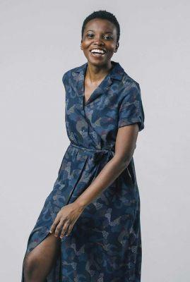 blauwe jurk met all-over print en strikceintuur bem dress 2102