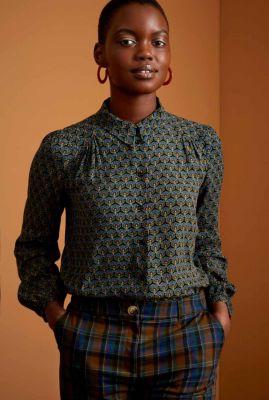 zwarte blouse met bloemenprint en plooien carina blouse muffin 06745
