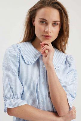 lichtblauwe blouse met grote kraag en streep dessin carro-ss 2019