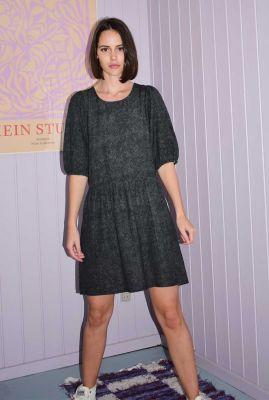 zwarte wijd uitlopende jurk met subtiel stippen dessin reya