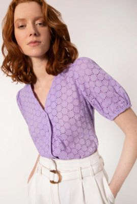paarse blouse met broderie details en pofmouwen canela
