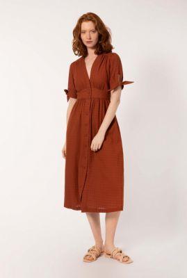 donker rode getailleerde midi jurk met ingeweven dessin amelysa