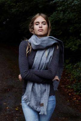 donker grijze zachte sjaal van alpaca wol mix dark grey scarf