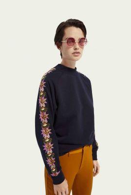 blauwe sweater met gekleurd dessin op de mouwen 159322