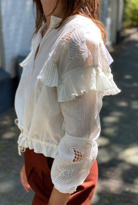 witte katoenen blouse met kanten en ruche details 157021