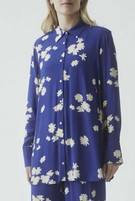 wijde blauwe blouse met witte bloem print mina print shirt
