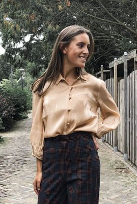 nude kleurige glanzende blouse 7420017 nubeloved shirt