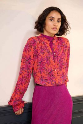 koraalkleurige blouse met bloemen dessin en plooien daisy sp6752