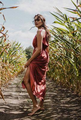 roest rode maxi jurk met cut out details maxi dress priya berry
