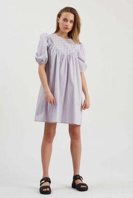 lila kleurige jurk met pofmouwen en broderie detail romana 2370