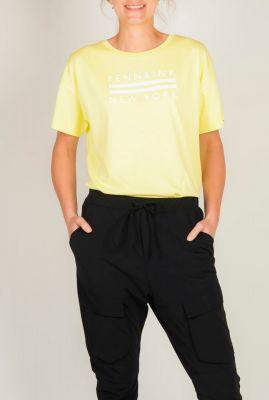 geel t-shirt met witte logo opdruk s20f690