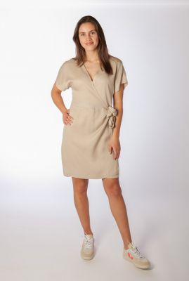 beige jurk met wikkel sluiting amy wrap dress SR321-718