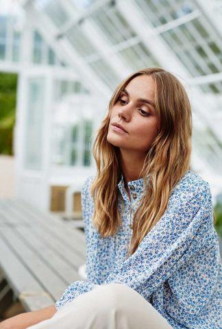 blouse met blauwe bloemen dessin nucaltum shirt 700472