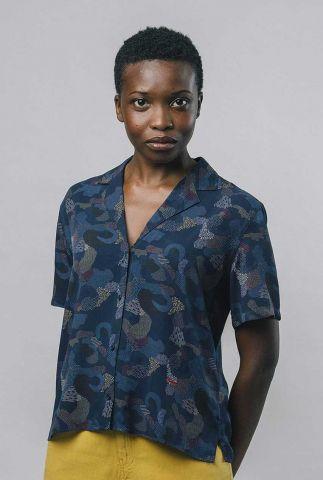 blauwe blouse met korte mouw en grafische print bem blouse 2094