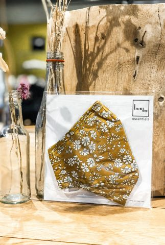 geel mondkapje met bloemen dessin liberty londen fabric capel