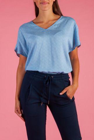 blauwe top met sierlijke witte print brianna top