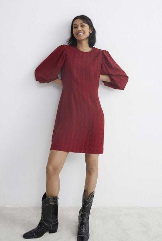 donkerrode jurk met pofmouwen en ingeweven ruit dessin dr belle