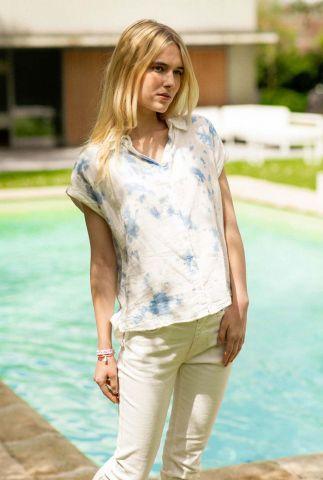 witte blouse met klassieke kraag en blauwe tie-dye print orelia