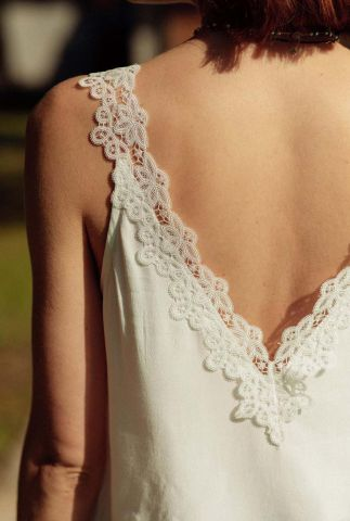 witte mouwloze top met v-hals en kanten details mitros
