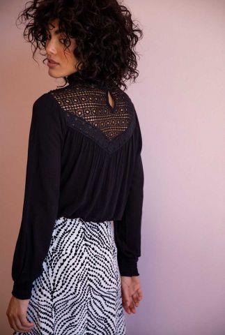 zwarte top met hoge hals en kanten details lara top