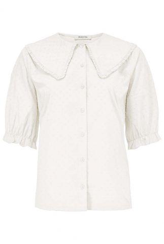 off-white blouse met grote kraag en bolletjes dessin jules shirt
