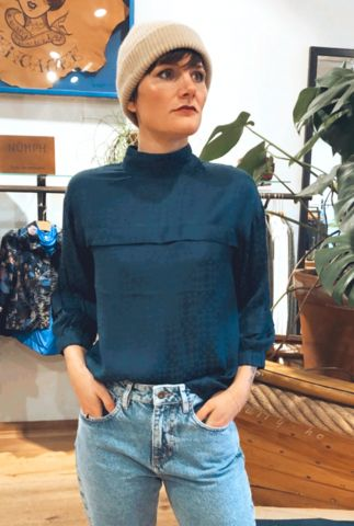 donkerblauwe viscose top met lichte glans nubina blouse 7520003