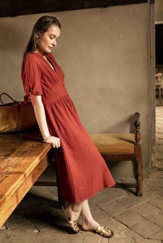 terracotta kleurige jurk van zachte stof met v-hals mazarine