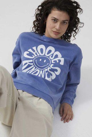 blauwe relaxed sweater met ronde hals en witte opdruk sw kindness