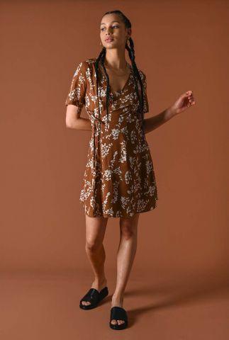 bruine wikkel jurk met bloemen dessin bisous dress brown flower